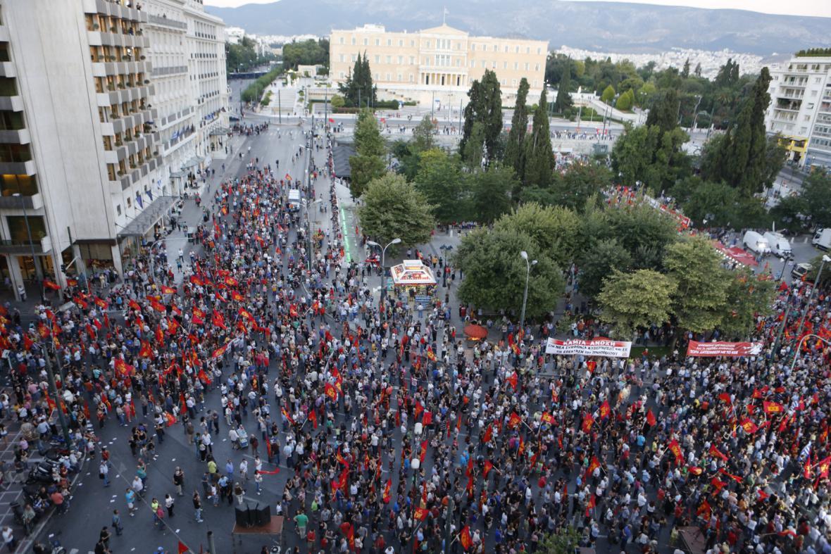 Odpůrci úsporných opatření na náměstí Syntagma
