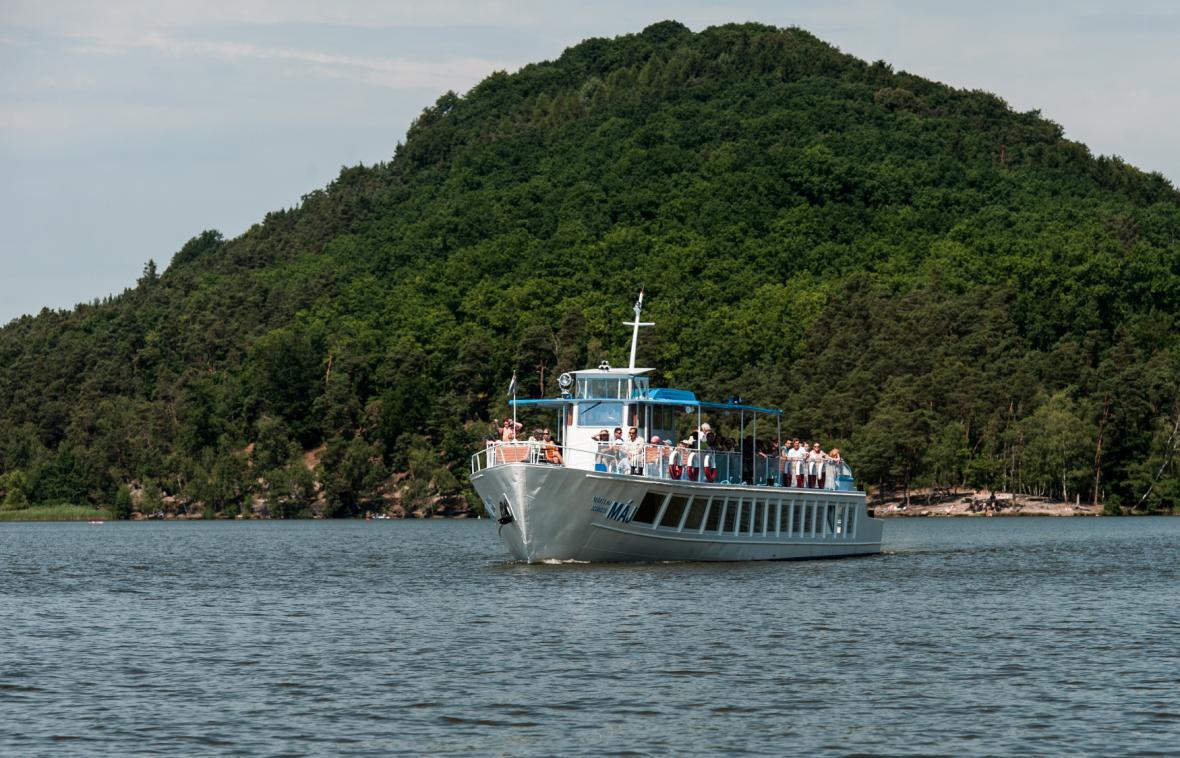 Výletní loď na Máchově jezeře - archivní snímek z roku 2014