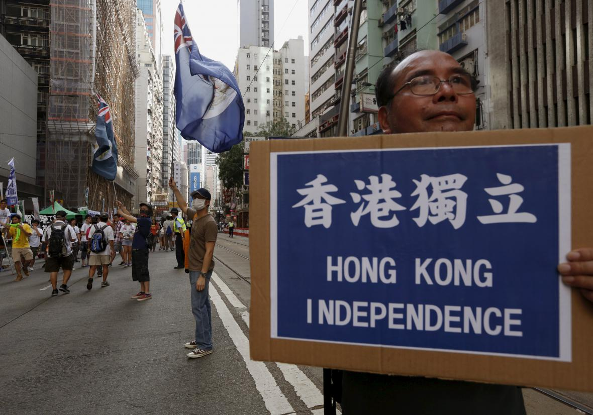 Demonstranti v ulicích Hongkongu