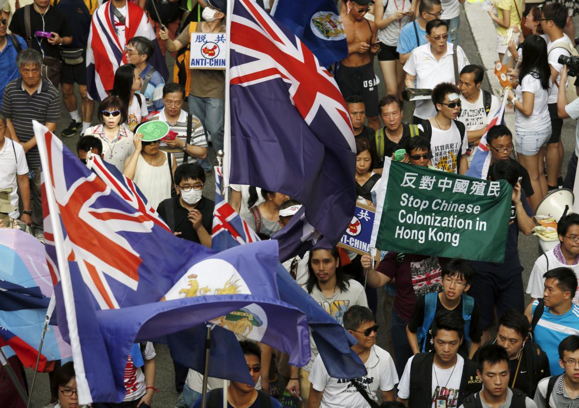 Demonstranti nesou protičínské transparenty