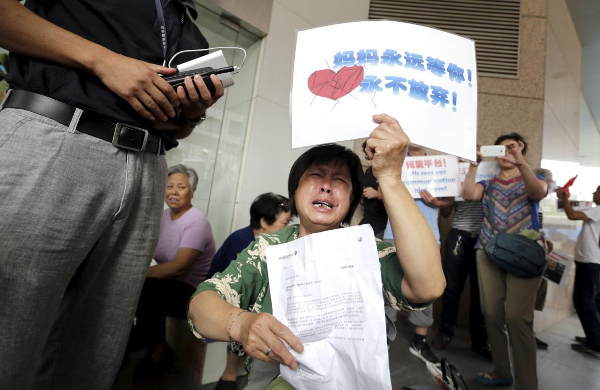 Rodiny pohřešovaných protestují před pekingskou kanceláří Malaysia Airlines