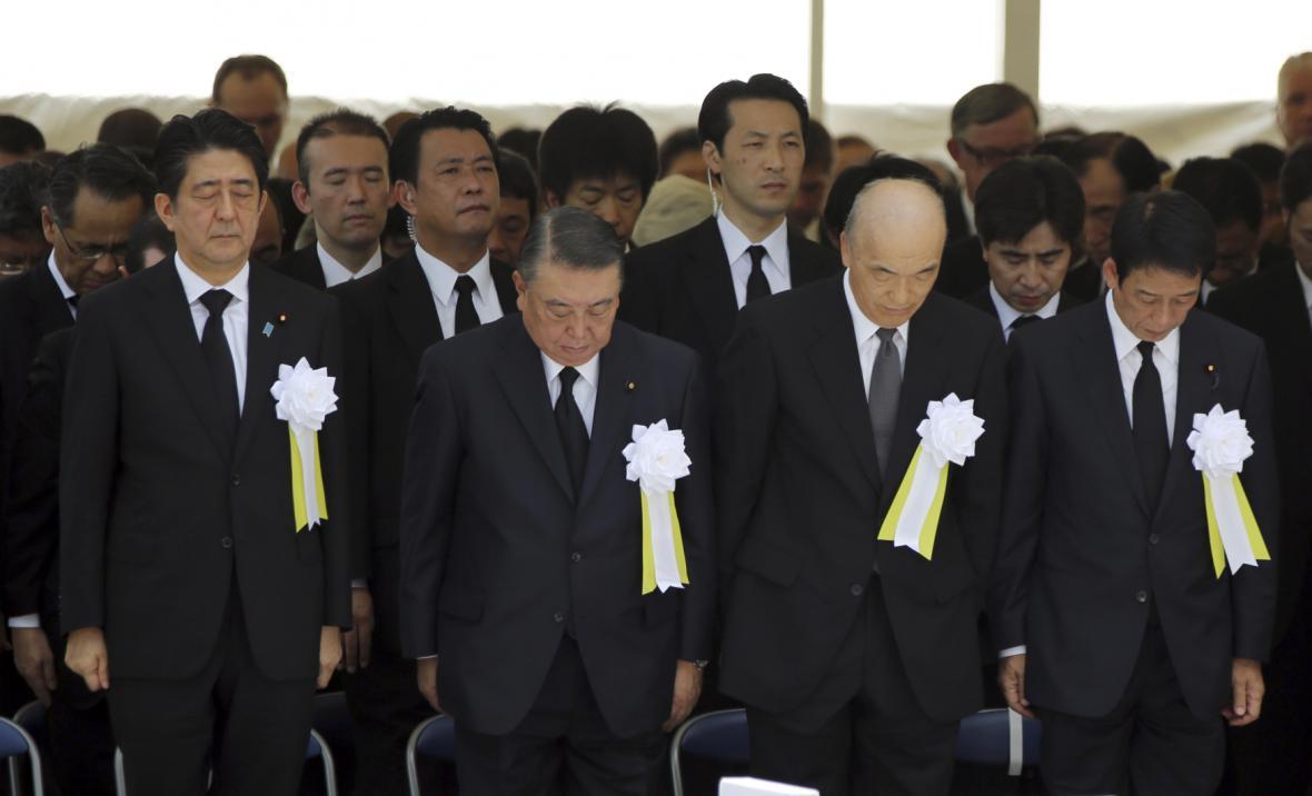 Šinzó Abe a další členové japonské vlády v tiché modlitbě za oběti Nagasaki