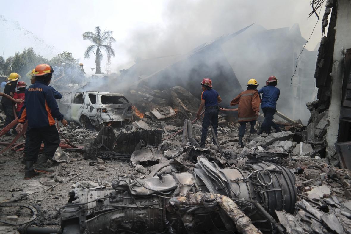 Místo nehody v hustě zalidněném městě Medan