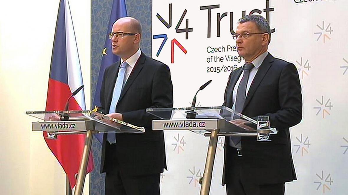 Premiér Bohuslav Sobotka a ministr zahraničí Lubomír Zaorálek