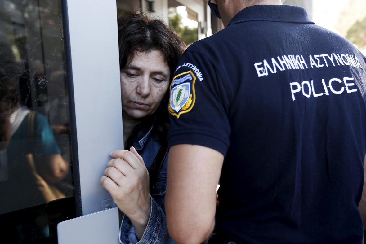 Řecko povolilo seniorům vybrat si z bank část jejich penzí
