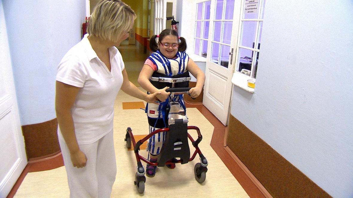Veronika v oblečku v 11 letech poprvé chodí