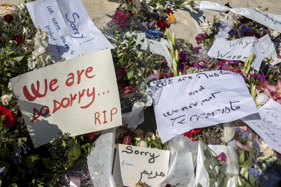 Uctění památky obětí páteční střelby na pláži v resortu hotelu Imperial Marhaba
