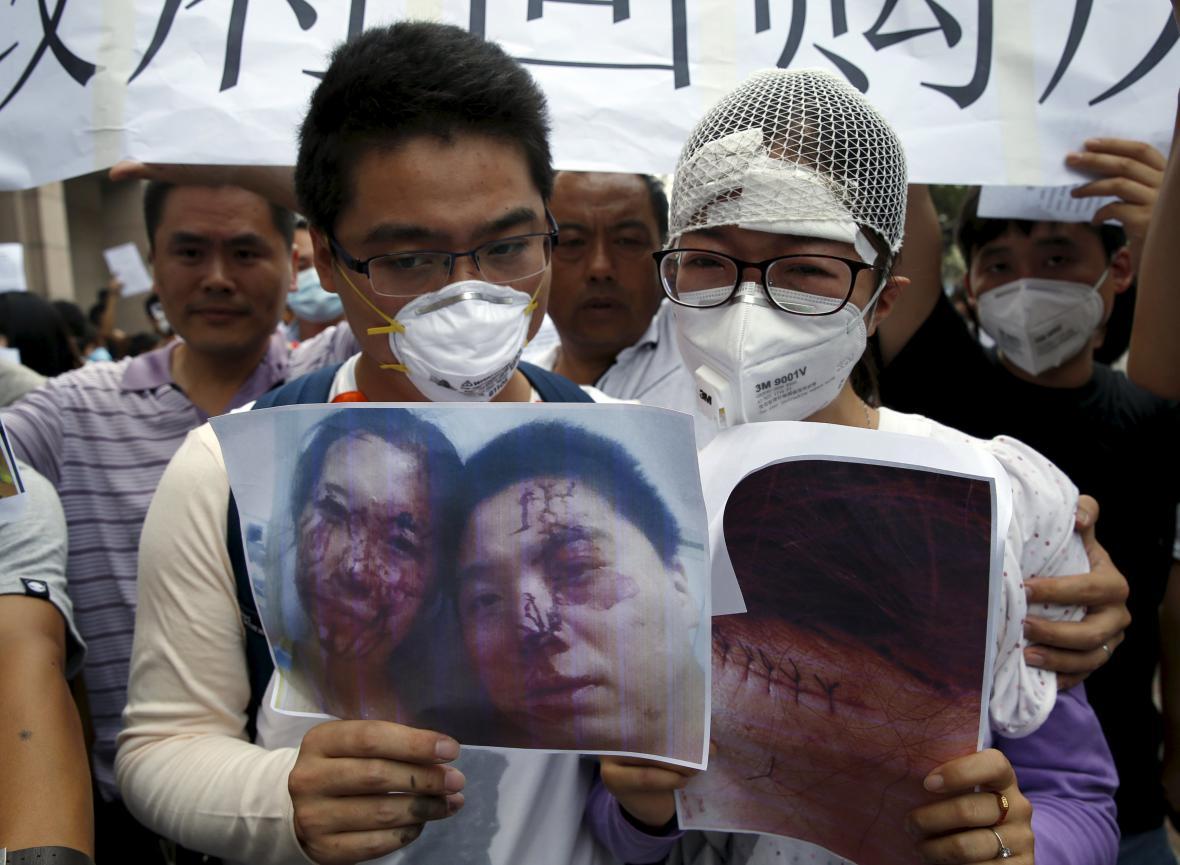 Demonstrace místních obyvatel zraněných následkem výbuchu v průmyslové zóně