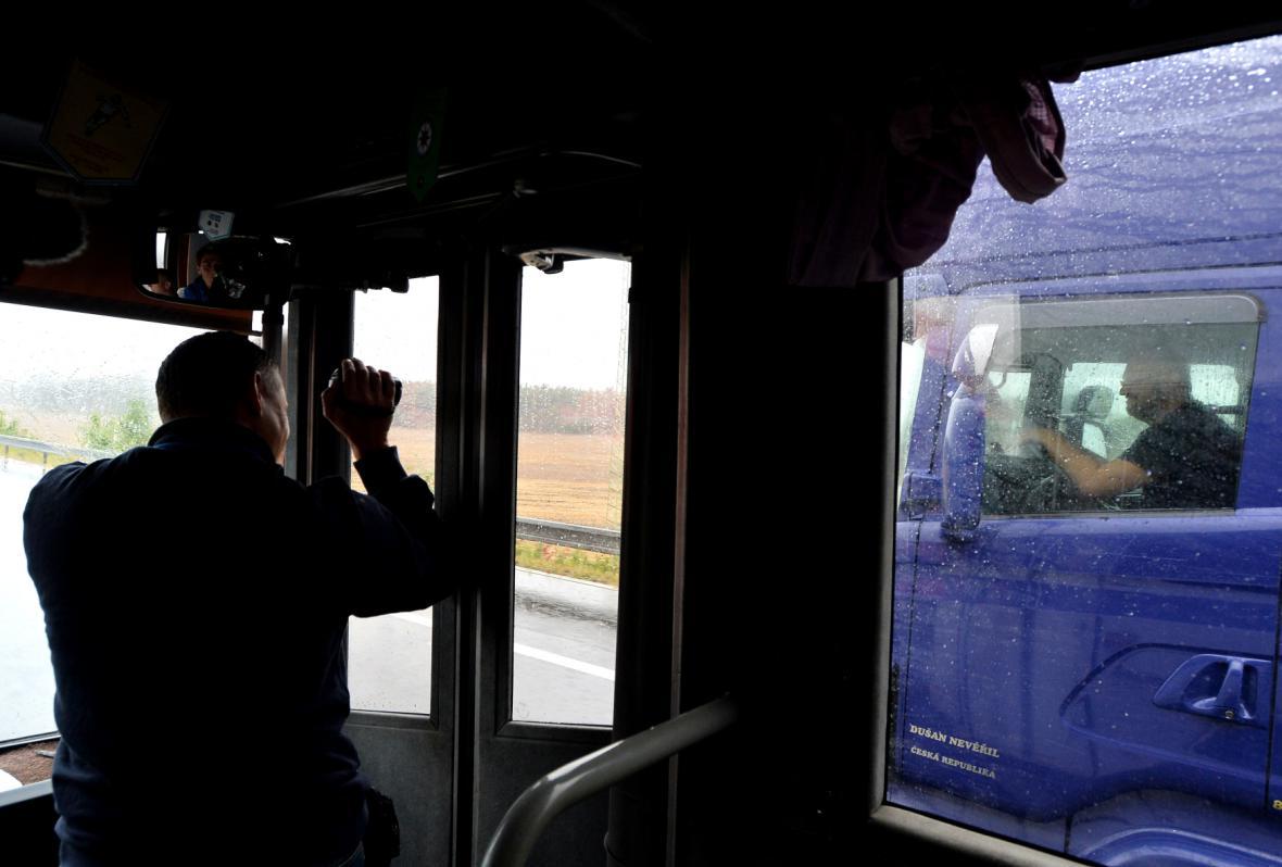 Policie kontroluje řidiče kamionů z autobusu