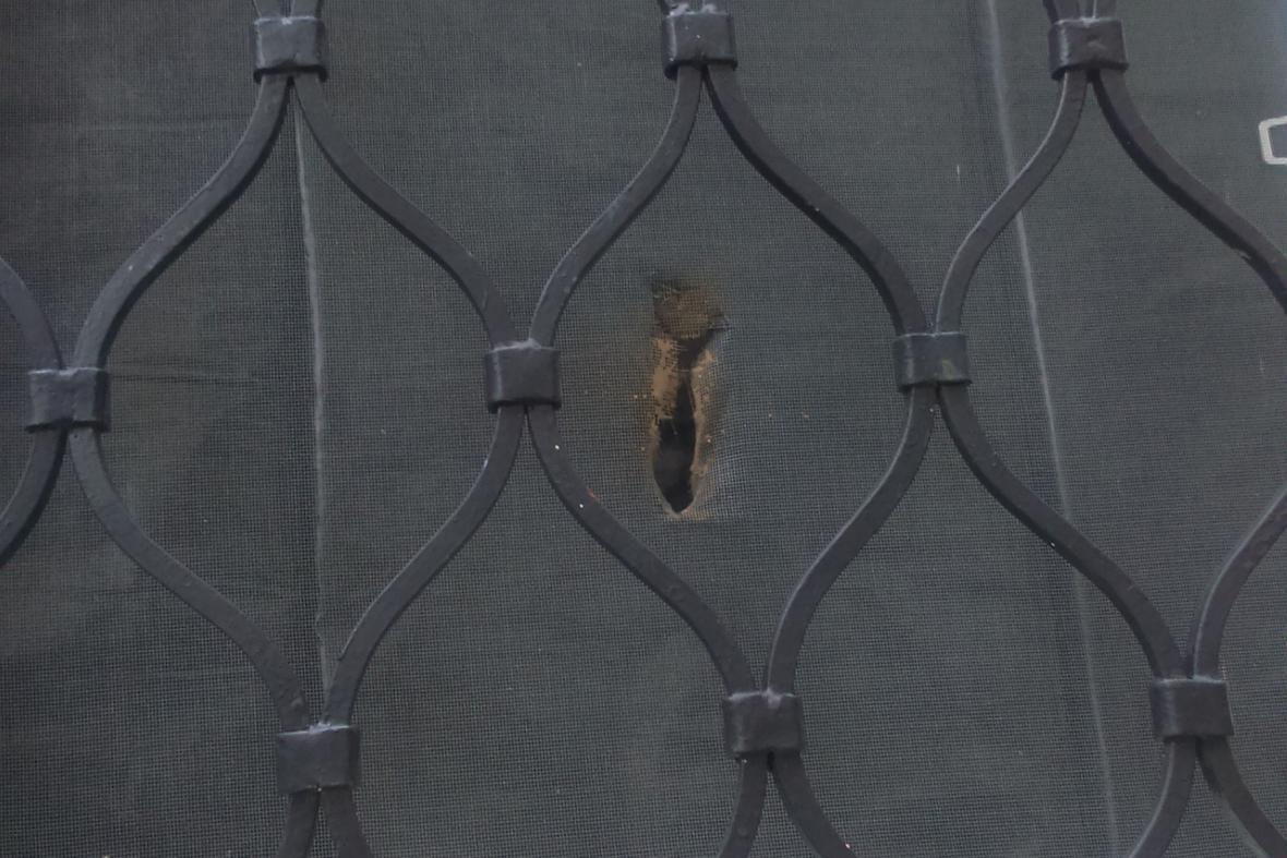 Rozbitá okna brěnské mešity