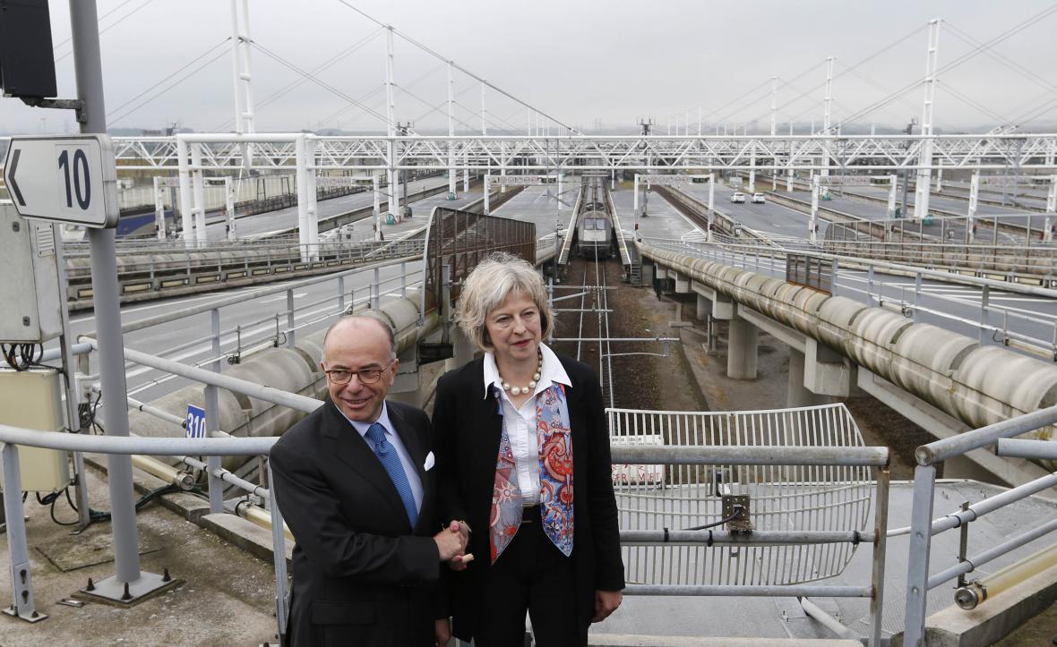 Ministři vnitra Francie a Británie Bernard Cazeneuve a Theresa Mayová u eurotunelu