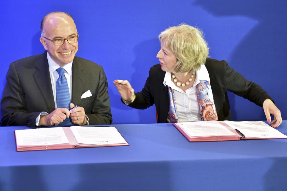 Ministři vnitra Francie a Británie Bernard Cazeneuve a Theresa Mayová podepsali dohodu o spolupráci při řešení uprchlické krize