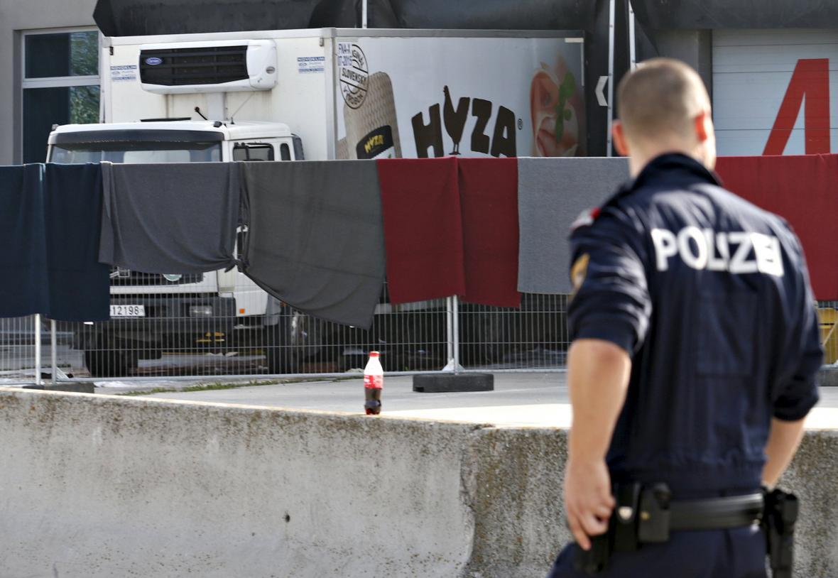 Rakouská policie vyšetřuje tragickou smrt 71 uprchlíků