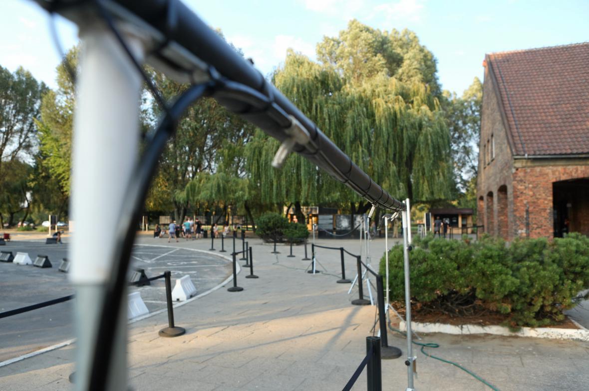 Kontroverzní rozprašovače před památníkem v Osvětimi