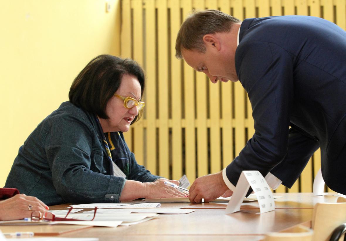 Polský prezident Andrzej Duda ve volební místnosti