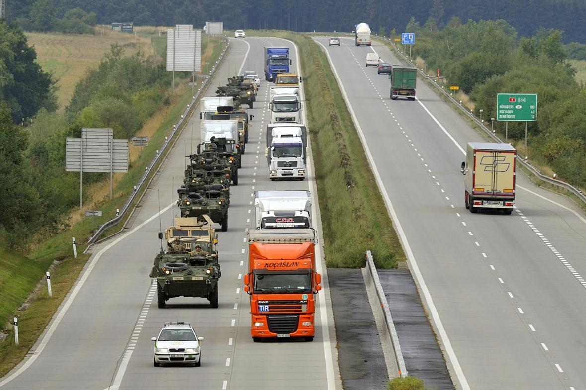 Americký konvoj na dálnici u Stříbra