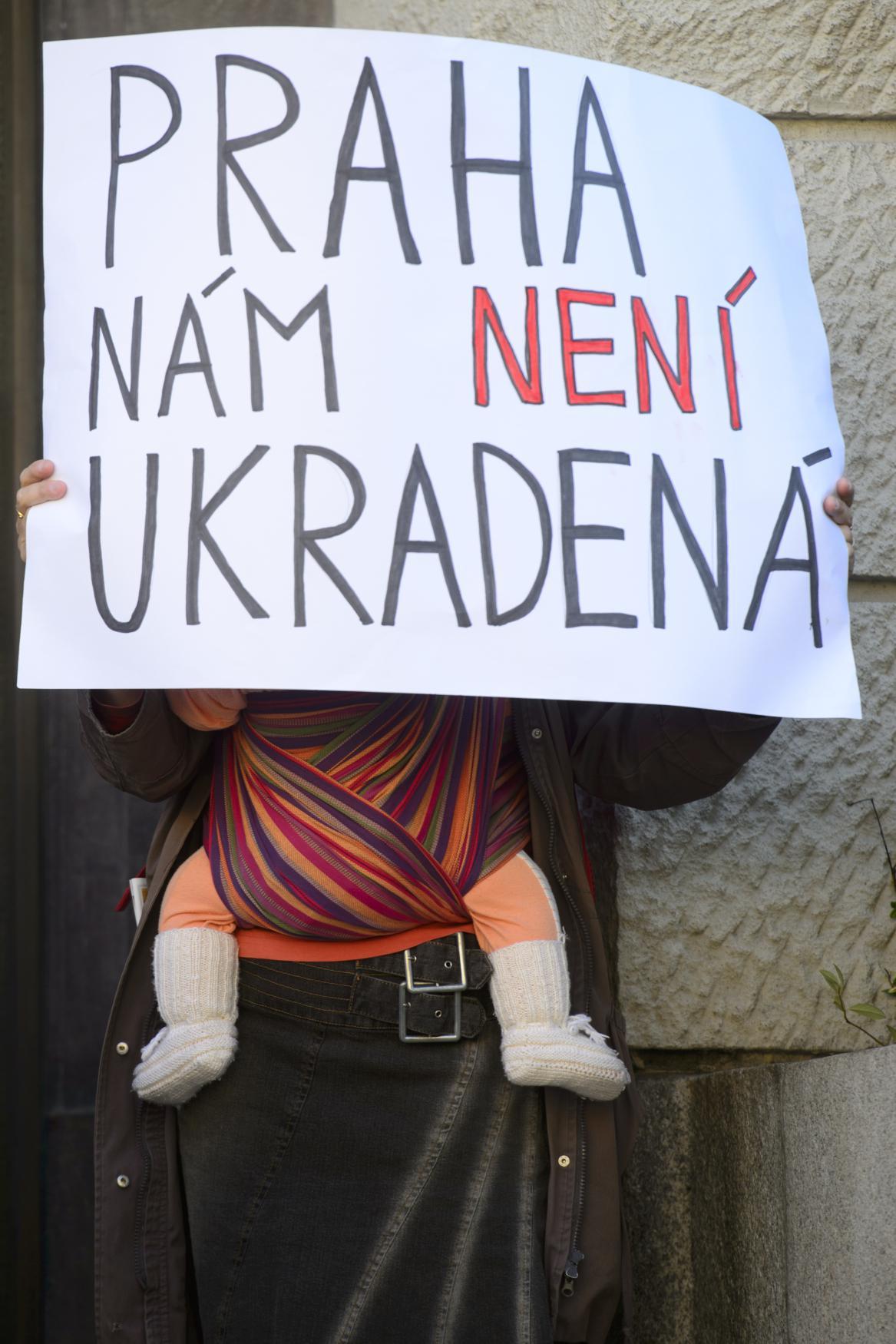Protest před budovou magistrátu