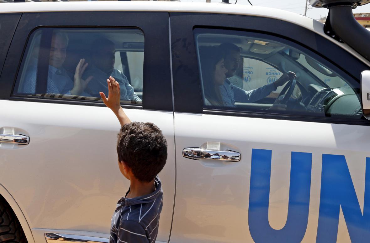 Syrský chlapec zdraví vozidlo humanitárních pracovníků OSN