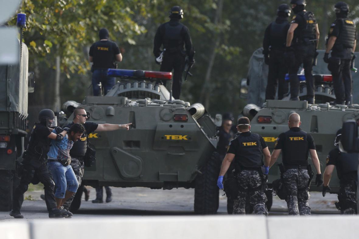 Obrněná vozidla na srbsko-maďarské hranici