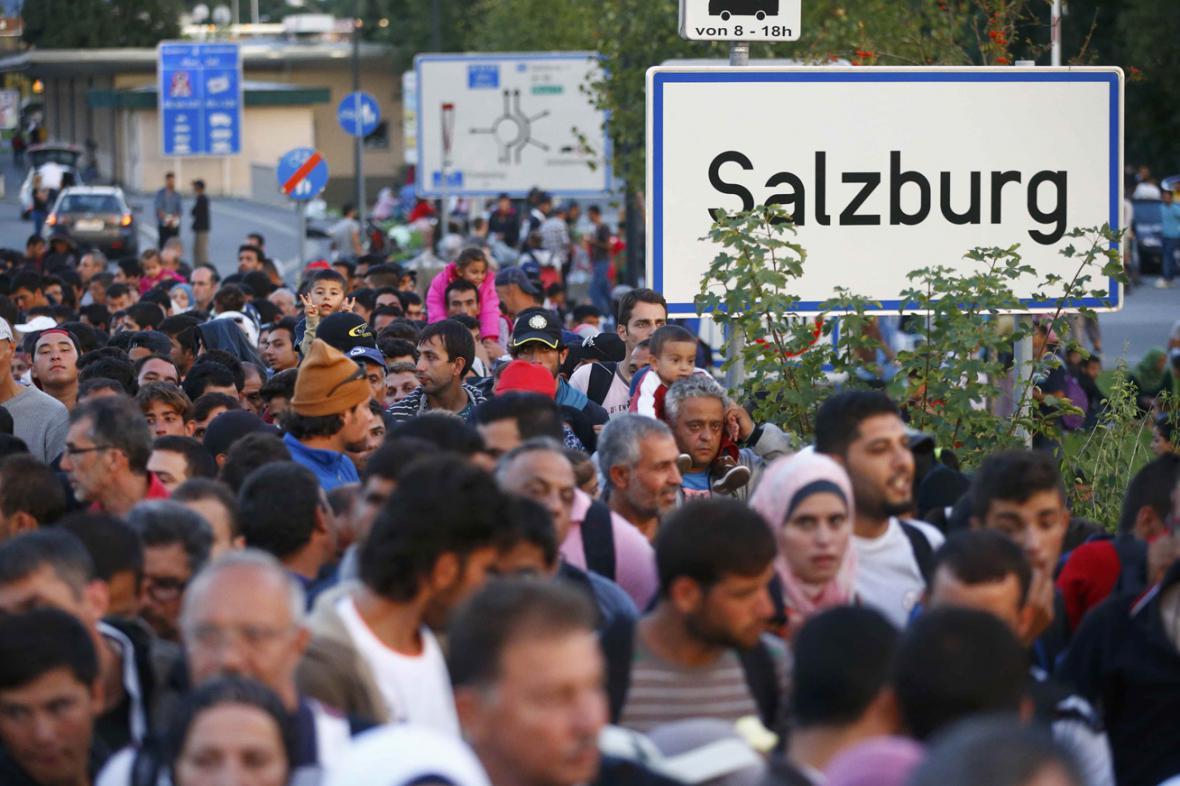 Migranti překračují rakousko-německou hranici ve Freilassingu