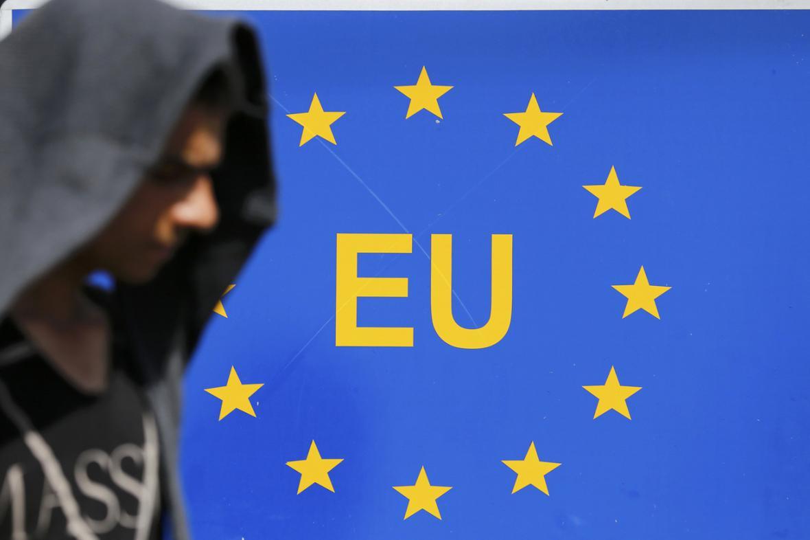 Jeden z migrantů prochází v chorvatském Tovarniku kolem cedule označující hranice Evropské unie
