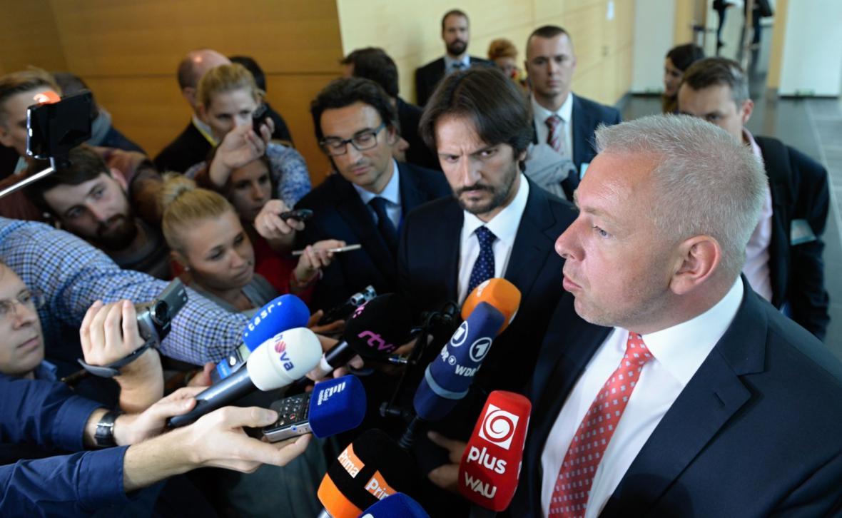 Slovenský ministr Robert Kaliňák spolu s Milanem Chovancem hodnotí přijetí kvót
