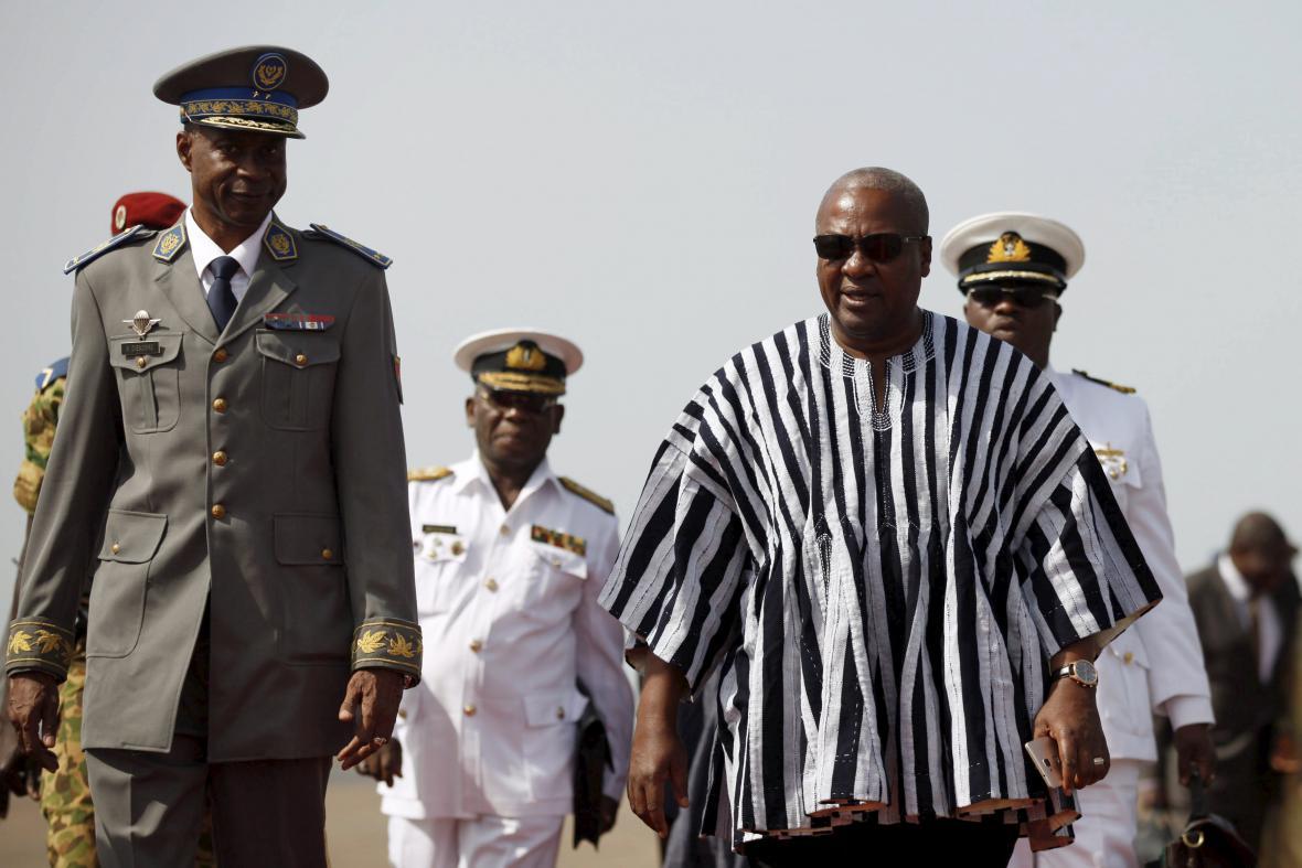 Generál Gilbert Diendéré a ghanský prezident John Dramani Mahama