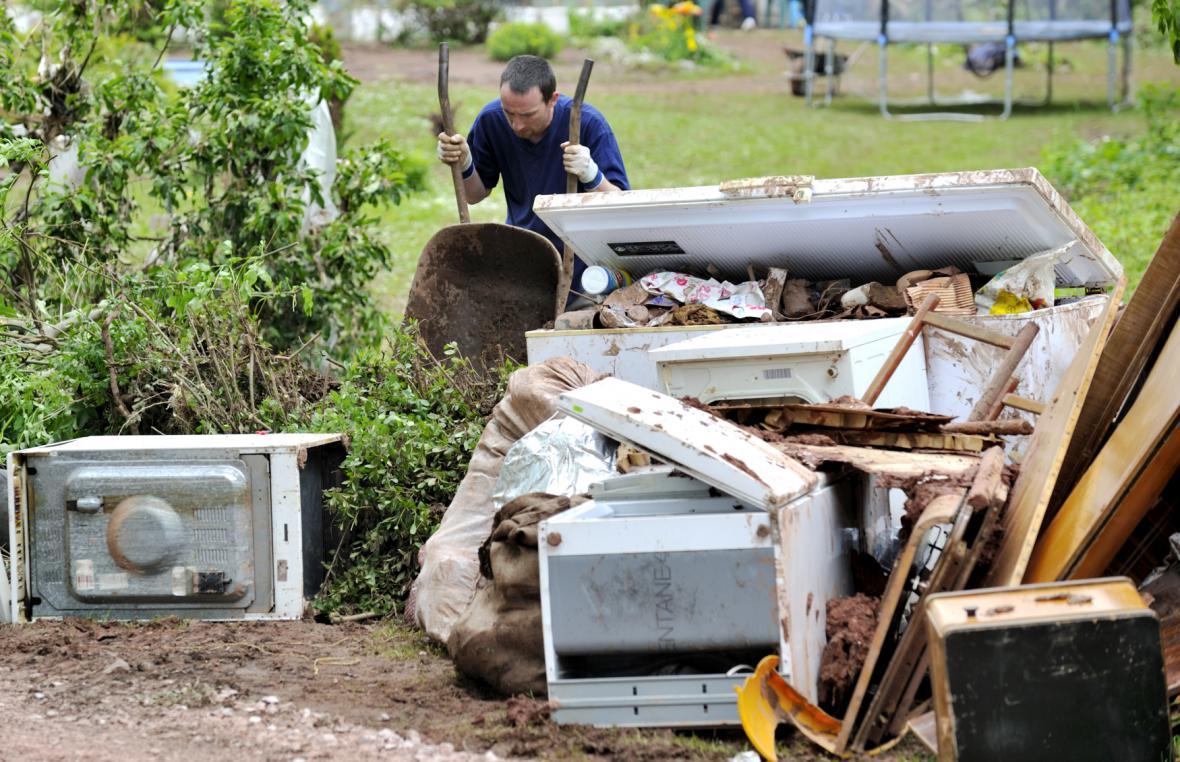 Úklid po povodni v Rudníku - Arnultovicích 6. června 2013