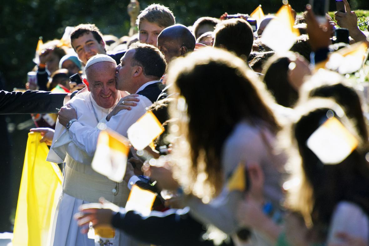 František se zdraví s lidmi před apoštolskou nunciaturou ve Washingtonu