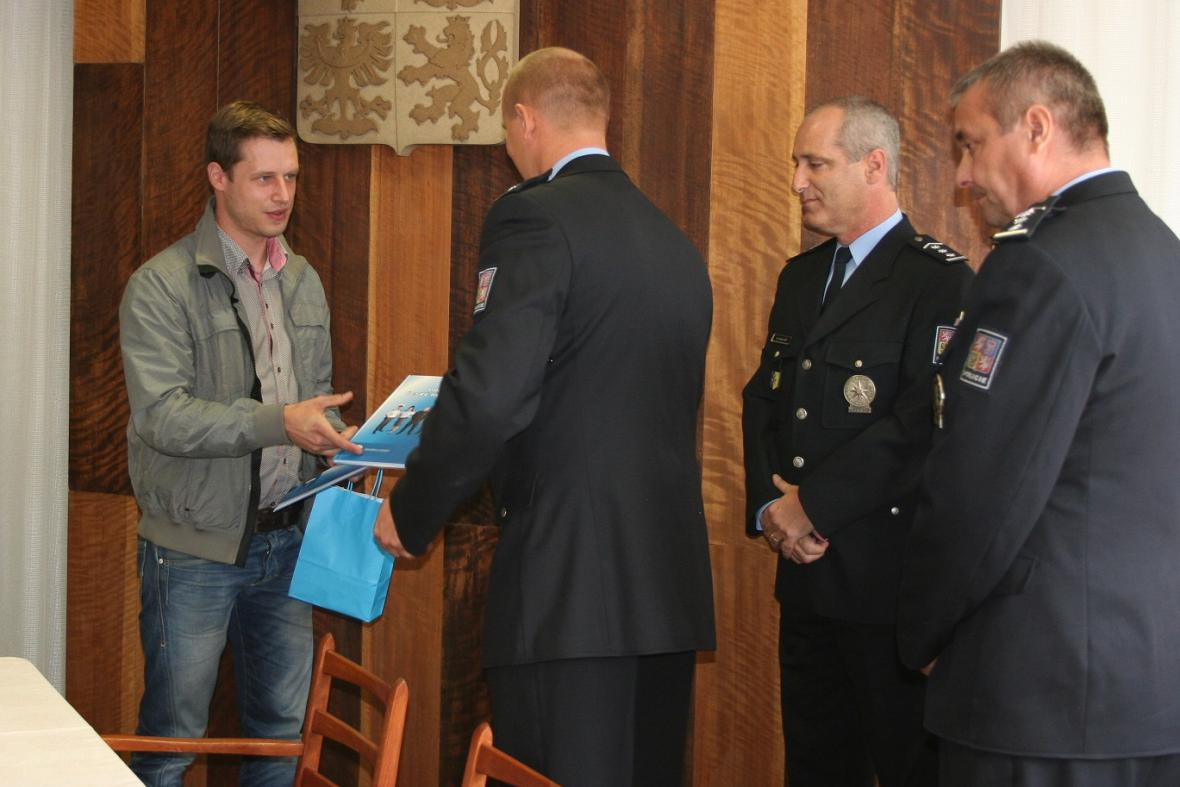 Policisté ocenili trojici mužů za zpacifikování lupiče