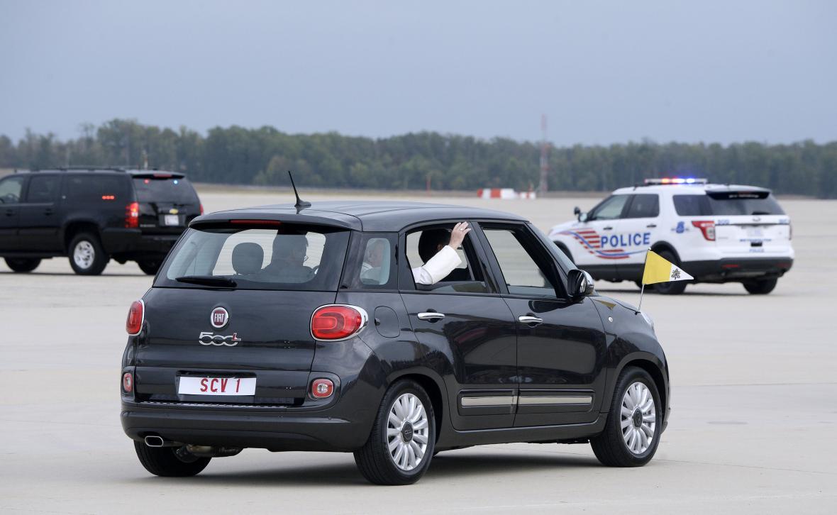František se po Spojených státech pohybuje Fiatem 500