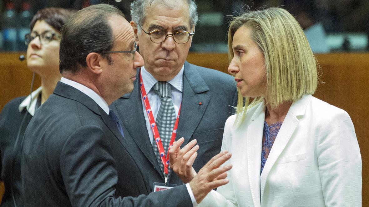 Francouzský prezident Francois Hollande a šéfka evropské diplomacie Federica Mogheriniová na summitu EU