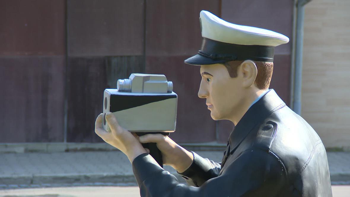 Plastová figurína hlídá jeden z vjezdů do Kyjova