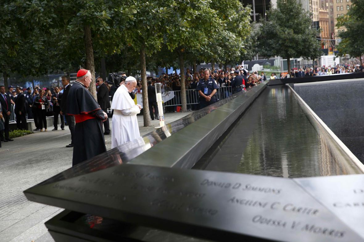Papež František se modlí za oběti z 11. září 2001