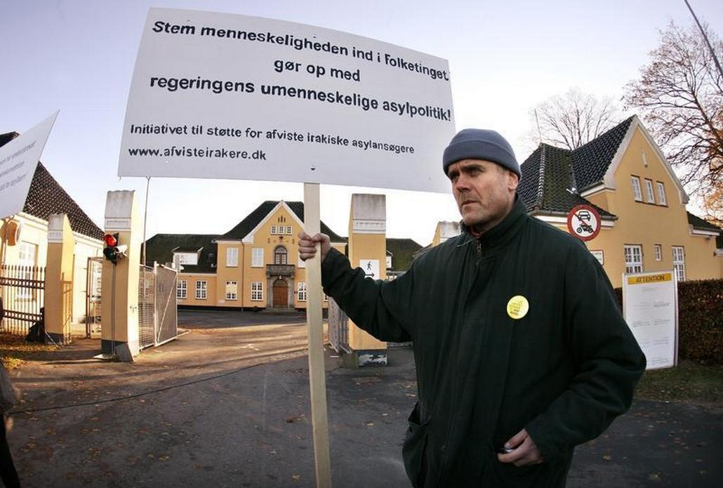 Aktivista před střediskem Center Sandholm (archivní foto)