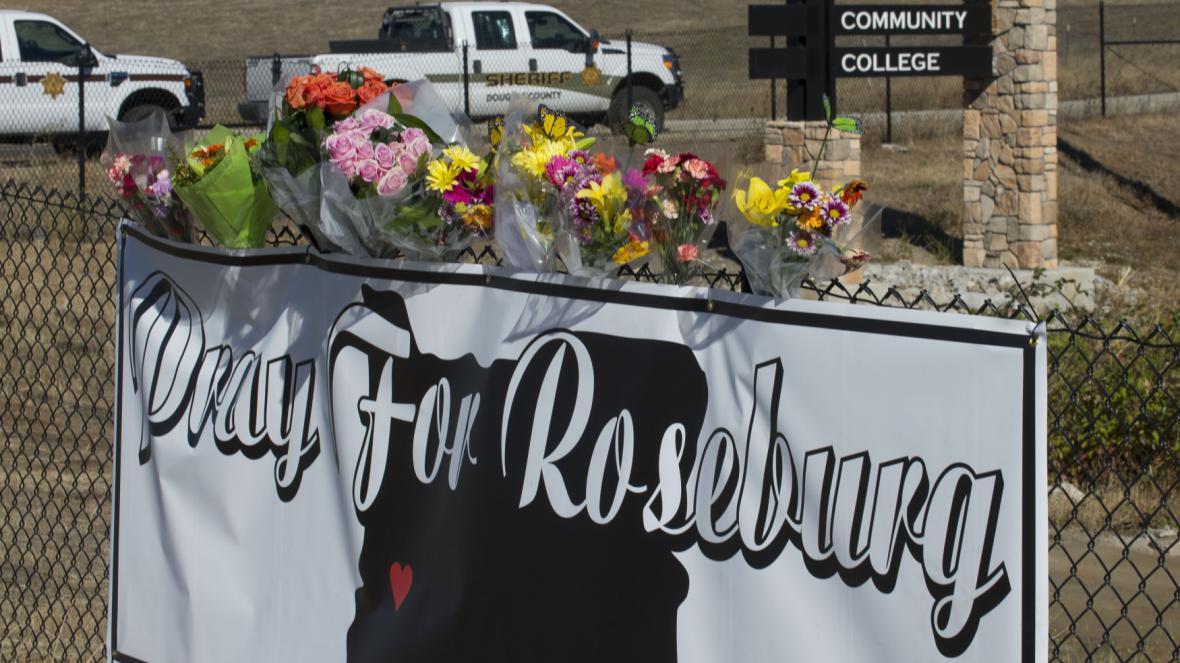 Lidé v Roseburgu vyjadřují soustrast