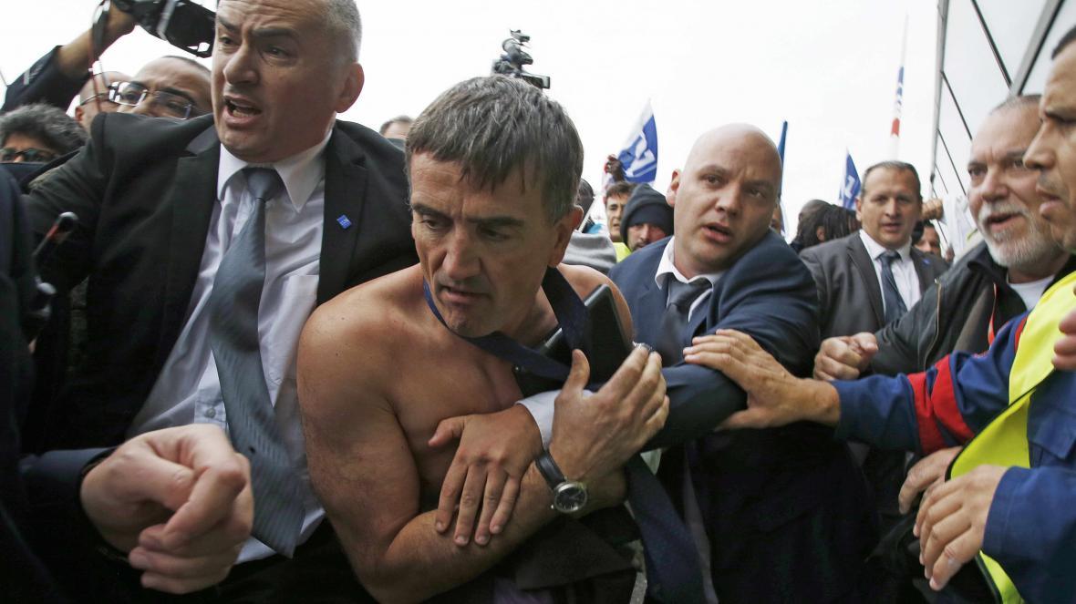 Šéf personálního odboru Air France utíká před rozhněvanými zaměstnanci