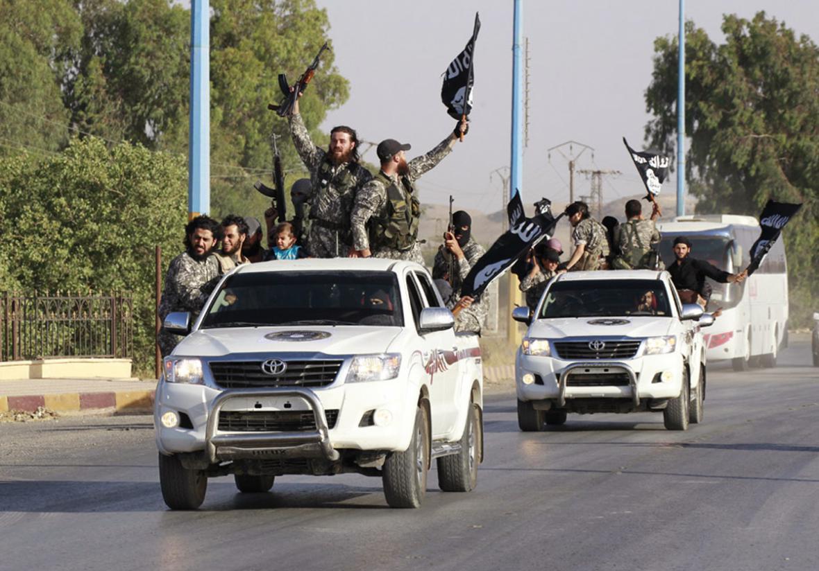 Bojovníci IS ve vozech Toyota