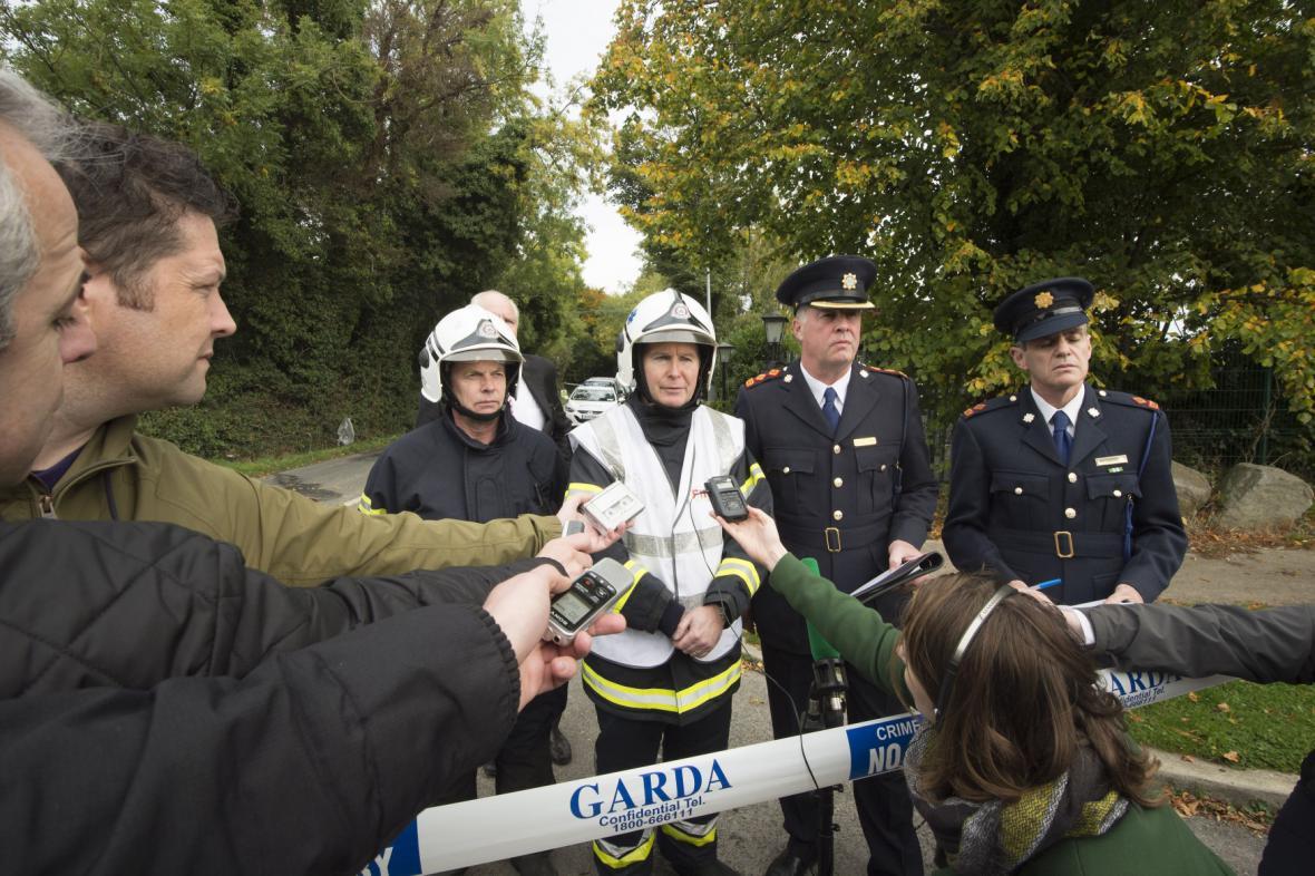 Policejní zástupci nedaleko místa požáru