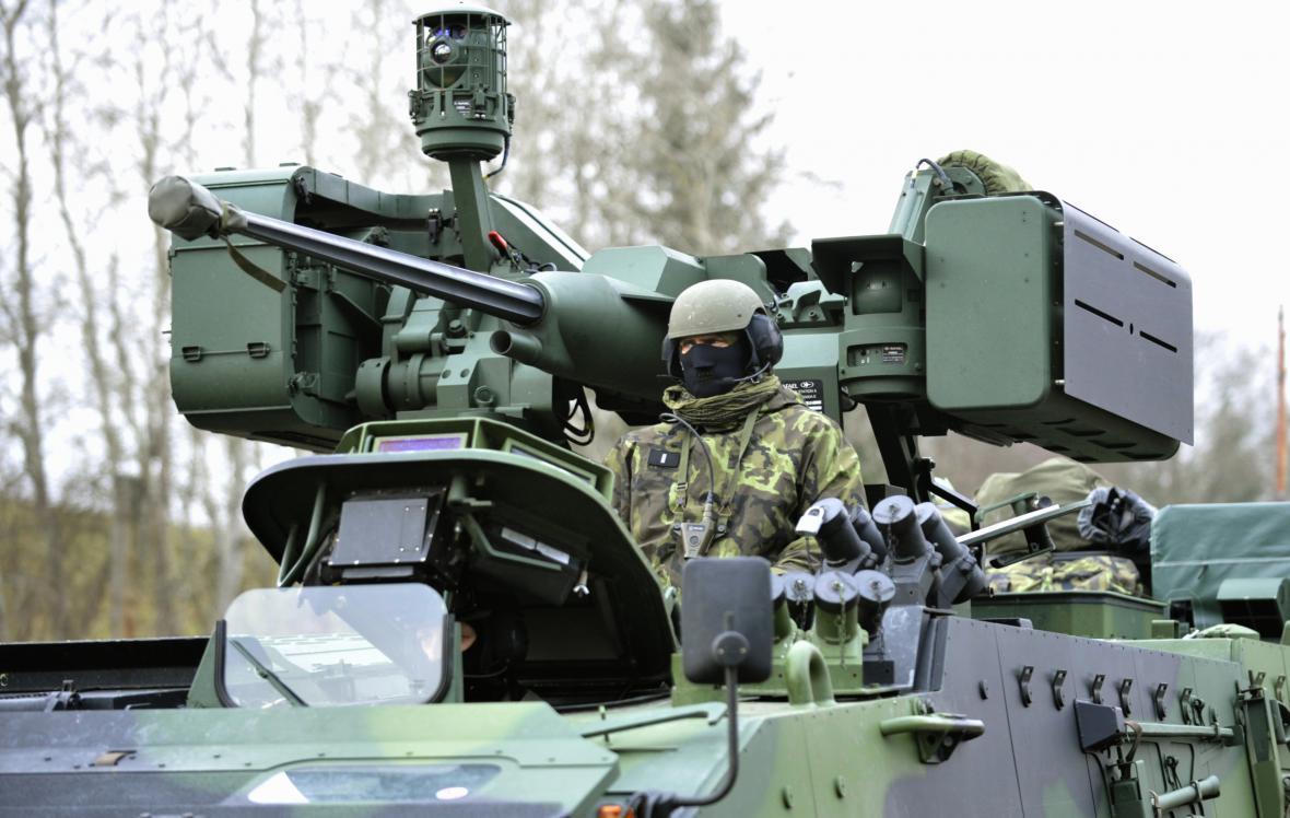Vojáci hlídají muniční sklady