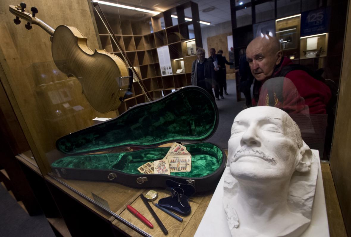 Posmrtná maska a osobní věci muzikologa a politika Zdeňka Nejedlého