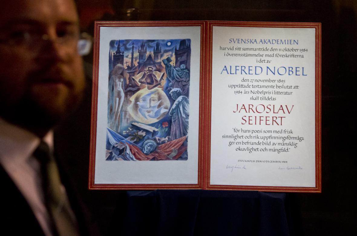 Diplom pro Jaroslava Seiferta při udělení Nobelovy ceny