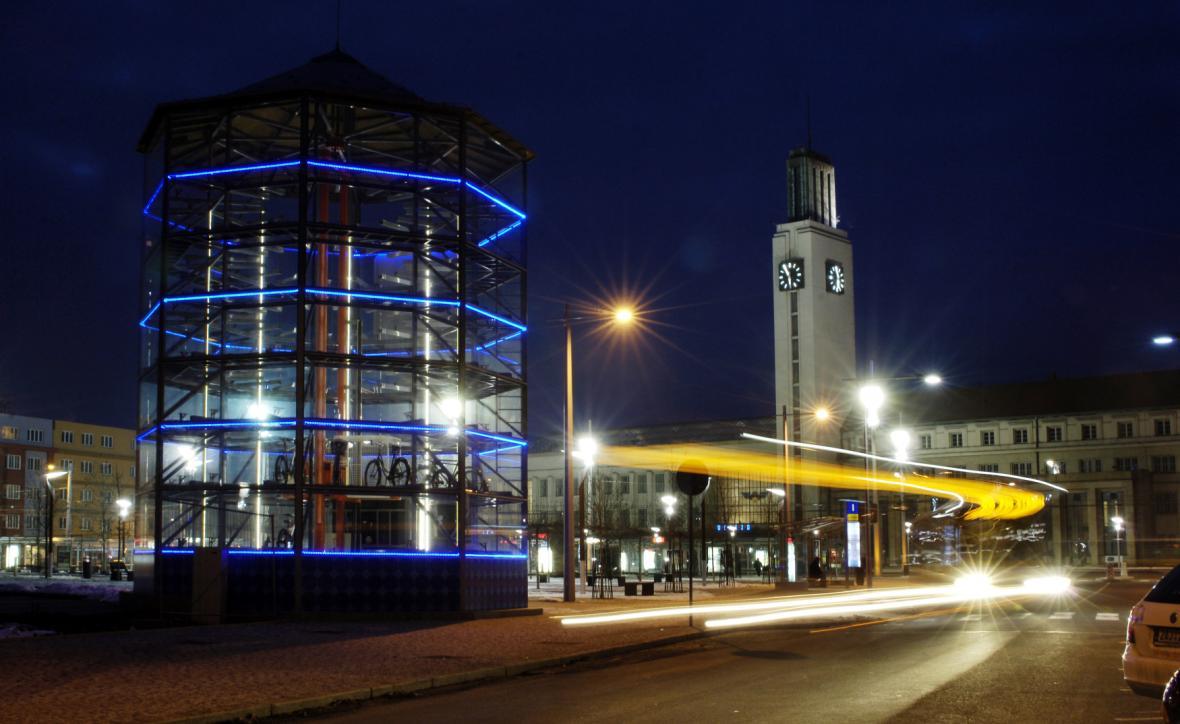 První parkovací věž pro kola funguje v Hradci Králové na Riegrově náměstí