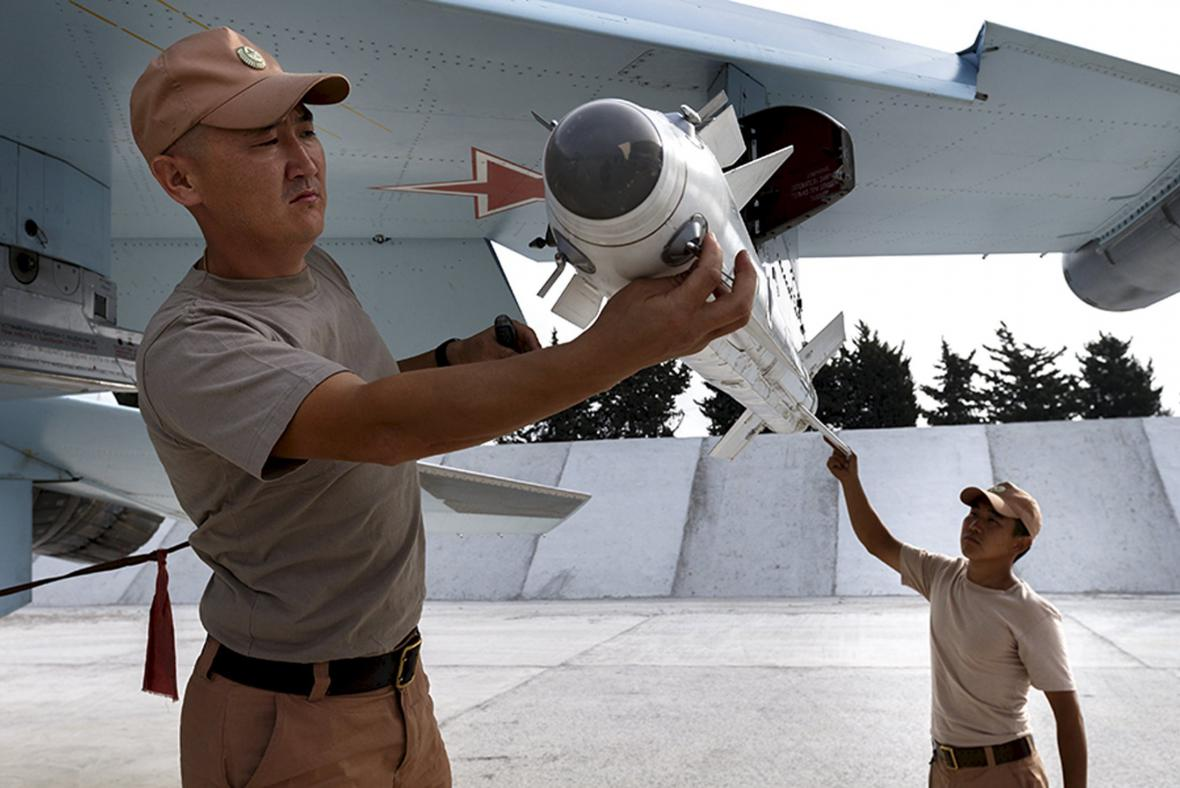 Ruští technici vyzbrojují stíhačku Su-30SM k náletu v Sýrii