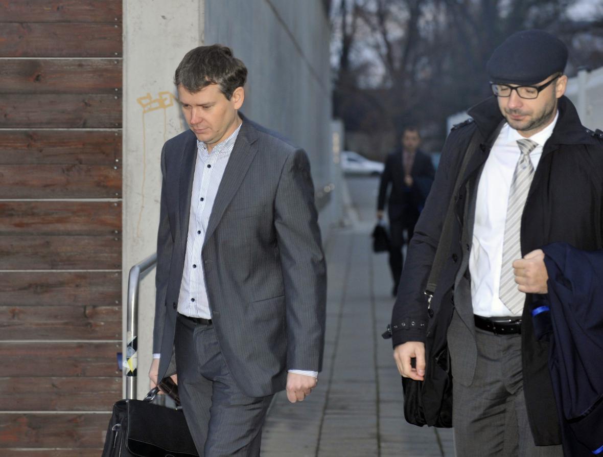 Tomáš Březina (vlevo) s obhájcem