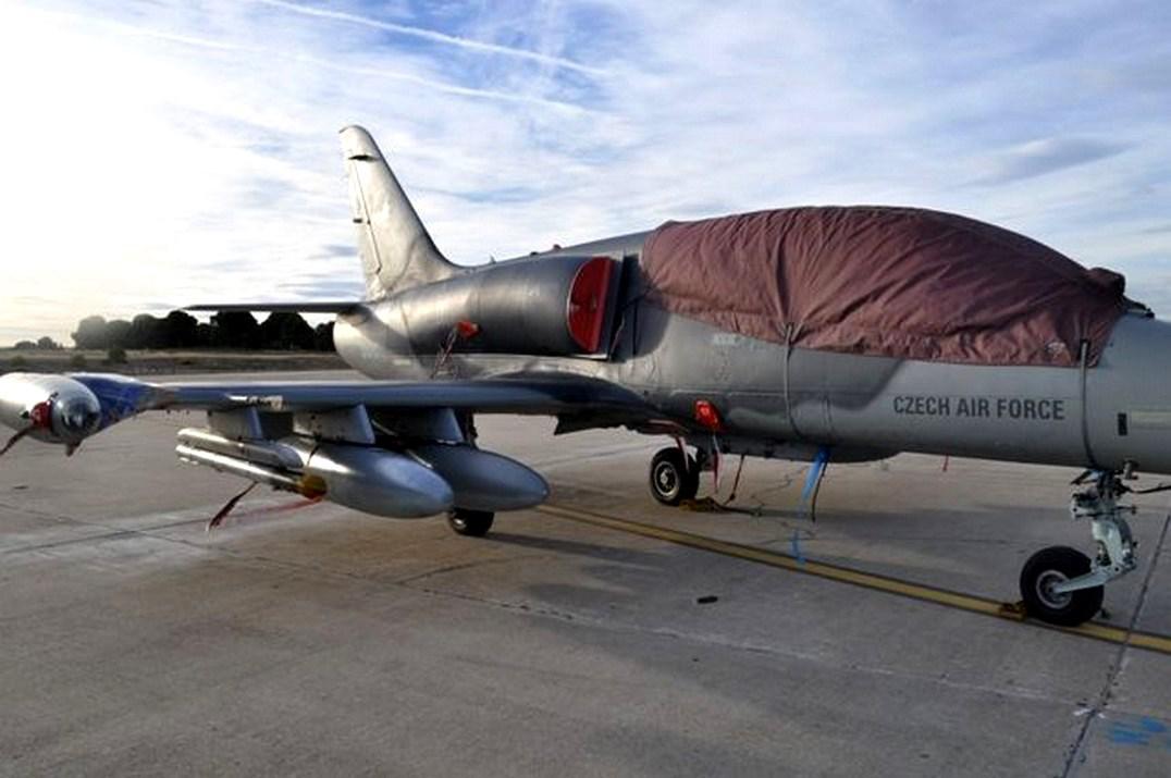 Poškozený letoun L-159 po srážce se supem