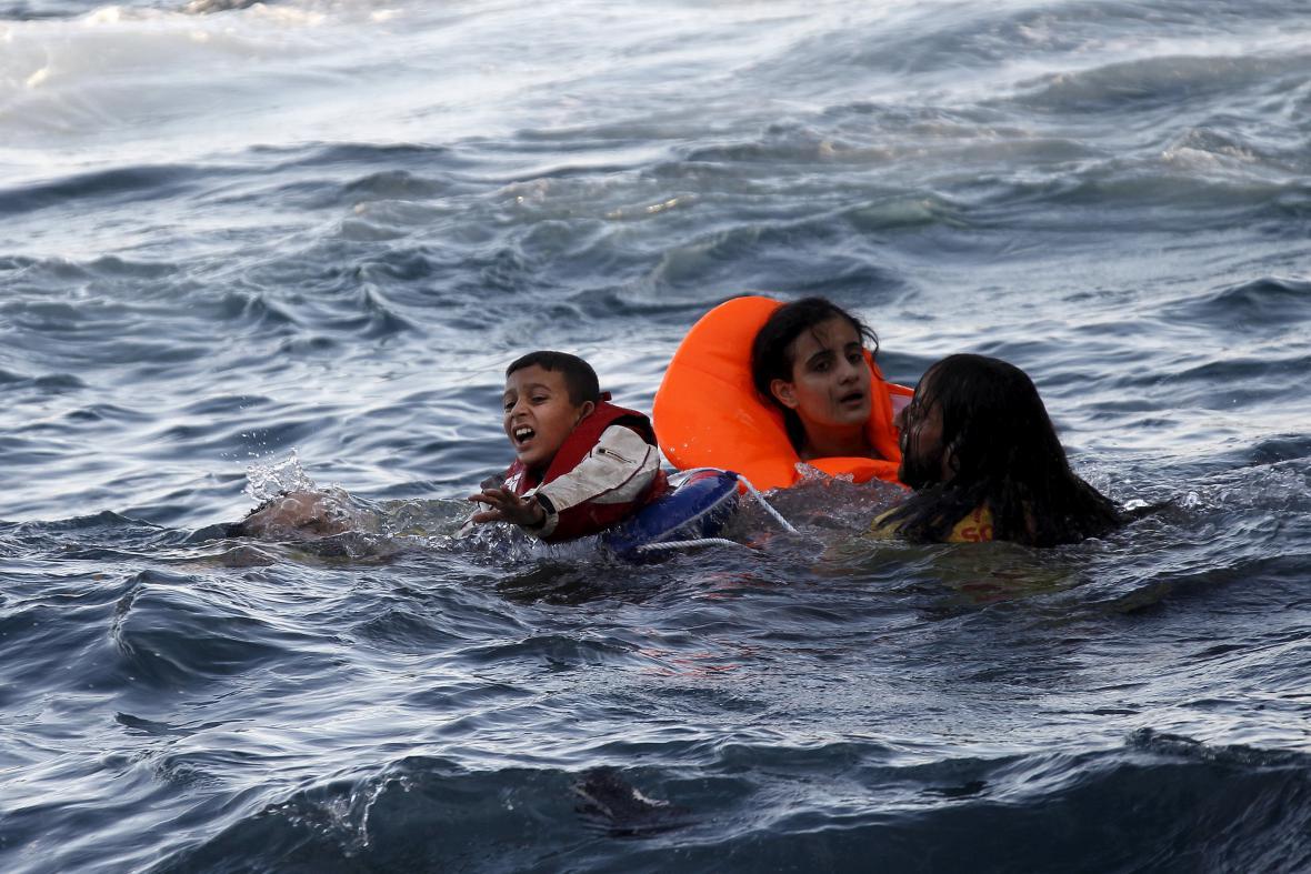 Uprchlíci z potopené lodě v řeckých vodách