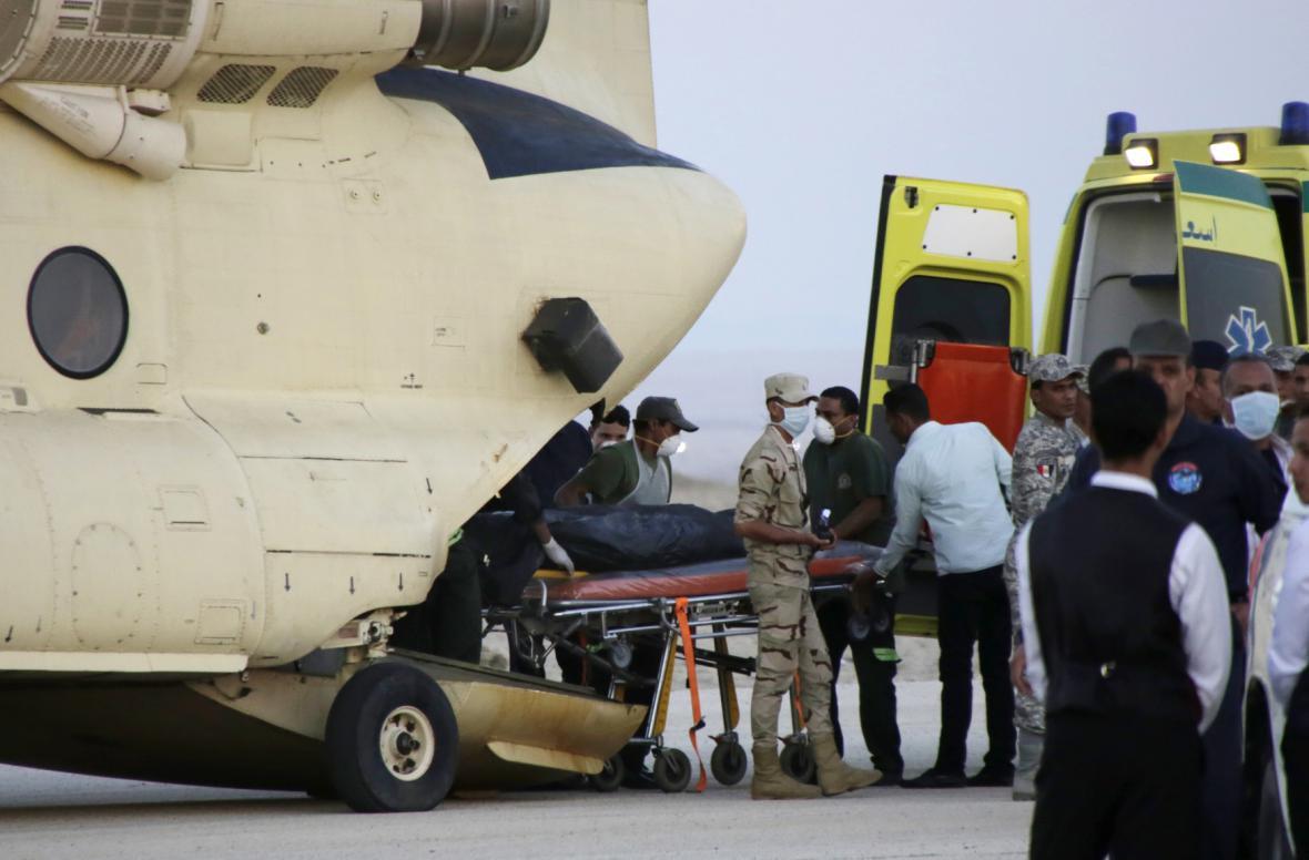 Egyptští záchranáři organizují převoz těl obětí leteckého neštěstí na Sinaji