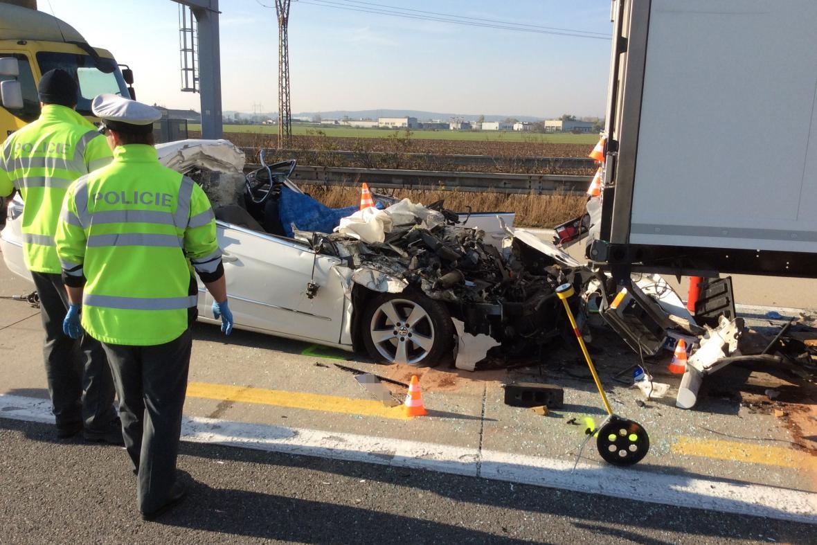 Nehoda na dálnici D2 stála život řidiče osobního auta