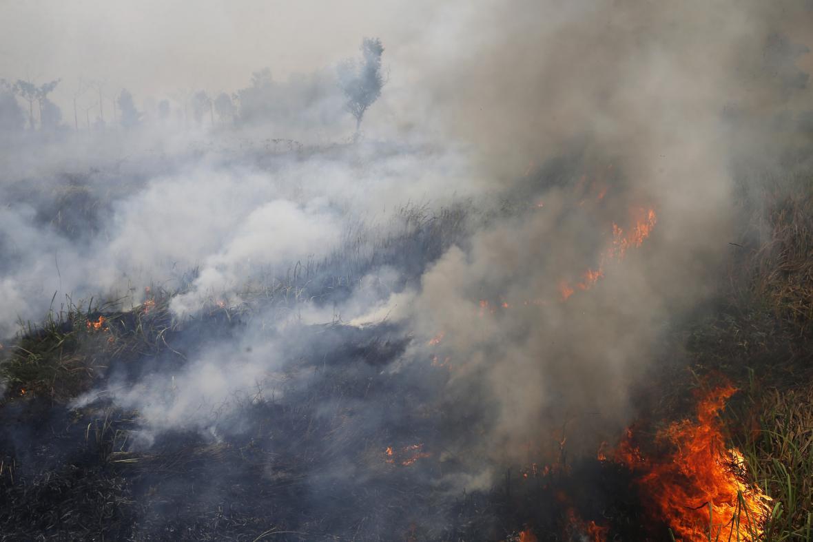 Cílené požáry kvůli půdě zahalily jihovýchod Asie opět do kouřové clony